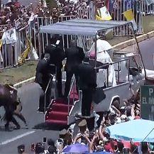 Papa Franjo utješio policajku palu s konja (Foto: AFP) - 4