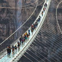 Most se lagano ljulja dok hodate po njemu