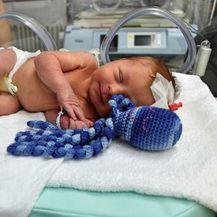 Opća bolnica Virovitica je među prvima u Hrvatskoj koja bebama nudi hobotnicu za smirenje i utjehu - 4