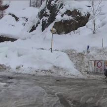 Policija osigurava prolaz (Screenshot: AP)