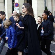 Angelina Jolie sa svoje šestero djece posjetila je muzej Louvre u Parizu