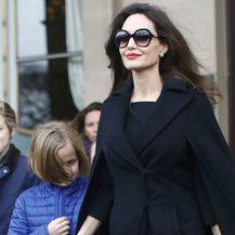 Angelina Jolie sa svoje šestero djece posjetila je muzej Louvre u Parizu - 3