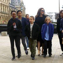 Angelina Jolie sa svoje šestero djece posjetila je muzej Louvre u Parizu - 7