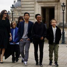 Angelina Jolie sa svoje šestero djece posjetila je muzej Louvre u Parizu - 9