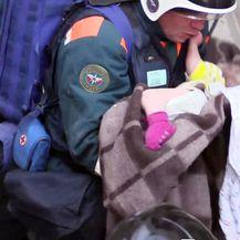 Dječak je izvučen iz ruševina nakon 35 sati (Foto: AFP) - 1