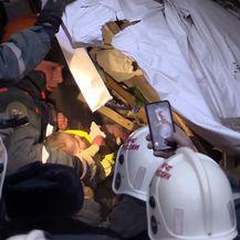 Dječak je izvučen iz ruševina nakon 35 sati (Foto: AFP) - 2