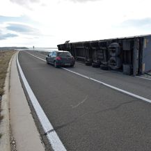 Jaka bura prevrnula kamion kod Paškog mosta (Foto: Dino Stanin/PIXSELL)