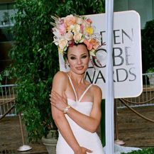 Fran Drescher 1996. godine s cvjetnim aranžmanom na glavi