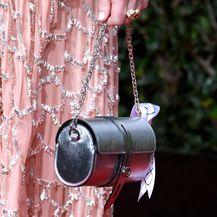 Uz haljinu je Emma Stone kombinirala torbicu u obliku valjka
