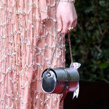 Srebrna torba u obliku cilindra