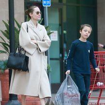 Angelina Jolie u bijeloj i bež odjevnoj kombinaciji - 1