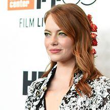 Glumica Emma Stone s cvjetnim ukrasom u kosi