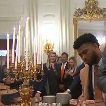 Fast foodom Trump je počastio football tim (Video: Reuters)