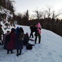 Policajci su djecu nosili kroz duboki snijeg (Foto: MUP) - 4