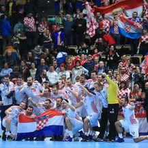 Hrvatski rukometaši i navijači (Foto: Slavko Midžor/PIXSELL)
