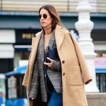 Street style beauty blogerice i vizažistice Ivane Stanić u bež kaputu