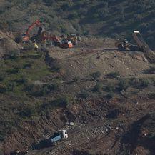 Potraga za dječakom koji je upoa u 100 metara duboku rupu (Foto: AFP)