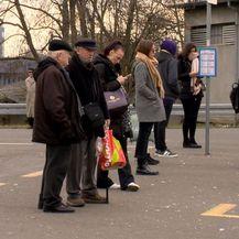 Ljudi čekaju autobus na Savskom mostu (Foto: Dnevnik.hr)