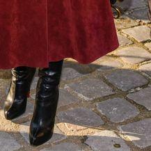 U Diorov kaput Monica Bellucci nosila je crne čizme