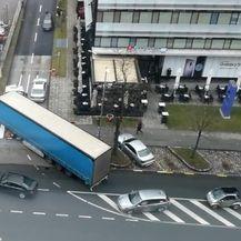 Šleper je u Radničkoj cesti ušao u jednosmjernu usku ulicu i izazvao kaos (Foto: screenshot/ čitatelj)