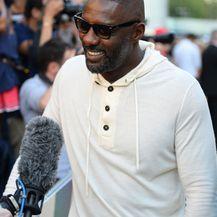 Idris Elba u laganoj hoodie majici