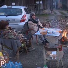 Žene na ulici nakon potresa u Banovini
