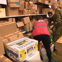 Crveni križ i vojnici pakiraju namirnice za stradale u potresu