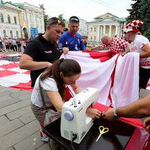 Lokalna krojačica spaja hrvatsku zastavu (Foto: Igor Kralj/PIXSELL)