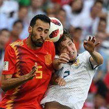 Sergio Busquets i Mario Fernandes (Foto: AFP)