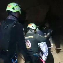 Spašavanje iz potopljene špilje (Video: Reuters)