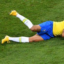 Neymar na tlu (Foto: AFP)