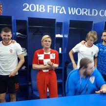 Predsjednica Grabar-Kitarović u svlačionici s nogometašima proslavila pobjedu nad Rusijom (Foto: Ured predsjednice RH) - 5