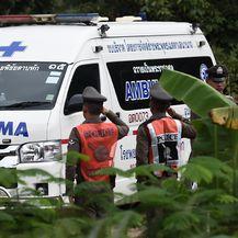 Vozilo hitne pomoći u blizini špilje u kojoj su bili zarobljeni dječaci (Foto: AFP)