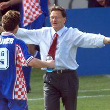 Ćiro Blažević i Davor Šuker u zagrljaju 1998. godine (Foto: AFP)
