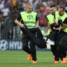 Navijači utrčali na travnjak za vrijeme finala Svjetskog prvenstva (Foto: Igor Kralj/PIXSELL)