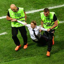 Članovi skupine Pussy Riot nakratko prekinuli utakmicu finala SP-a (Foto: AFP)