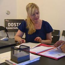 Sandra Žiga iz Udruge Franak savjetuje građanku po pitanju privatnih tužbi protiv banaka (Foto: Dnevnik.hr)