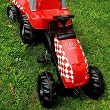 Traktor iz trgovine Agrotoys vozi i David Vida, sin nogometaša Davida Vide