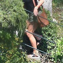 Jennifer Aniston u šorcu i natikačama - 1