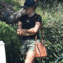 Jennifer Aniston u šorcu i natikačama - 4