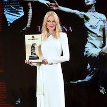 U bijeloj haljini Oliviera Theyskensa Nicole je primila nagradu Arte
