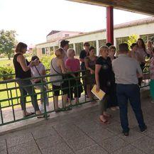 Roditelji koji se bune protiv zatvaranja škole (Foto. Dnevnik.hr)