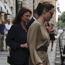 Angelina Jolie nosi svijetlosmeđu haljinu koja otkriva obrise tijela