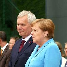 Angela Merkel i treći put viđena kako se nekontrolirano trese u javnosti (Video: Reuters)