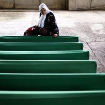 Član obitelji žrtava genocida u Srebrenici oplakuje ubijene (Foto: Armin Durgut/PIXSELL) - 1