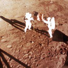 Neil Armstron i Buzz Aldrin postavljaju američku zastavu na Mjesec (Foto: Arhiva/AFP)