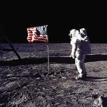 Američki astronaut pored američke zastave na Mjesecu, misija Apollo 11 (Foto: Arhiva/AFP)