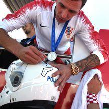 Mario Mandžukić potpisuje kacigu policajcu