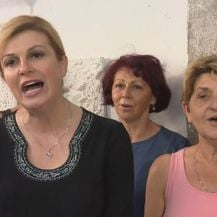 Kolinda Grabar-Kitarović zapjevala sa ženskim zborom u Kraljevici (Dnevnik.hr)