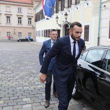 Josip Aladrović ispred Vlade (Foto: Patrik Macek/PIXSELL)